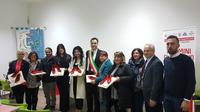 il sindaco di Castelli insieme ad alcuni enti e associazioni che hanno ricevuto in dono scarpette rosse in ceramica.