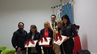 Il sindaco di Castelli insieme ai funzionari della provincia di Teramo che hanno ricevuto in dono scarpette rosse di ceramica.