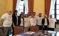 Il Presidente della provincia, il sindaco del comune di Teramo, la dirigenza delle squadre, alcuni funzionari dell' Amministrazione Provinciale di Teramo e Pari opportunità indossano la maglietta