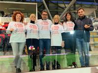 Il sindaco Gianguido D'alberto insieme ad alcuni membri della commissione Pari Opportunità di Teramo ed alcuni sostenitori della campagna di sensibilizzazione indossano la maglietta con lo slogan
