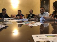 Da destra: il sindaco di Castellalto Vincenzo Di Marzo, il Presidente del Consorzio BIM Gabriele Minosse, il Rettore dell'Università di Teramo Dino Mastrocola, l'ideatore del festival Enzo Delle Monache, l'assessore alla cultura del comune di Castellalto Valeria Manelli.