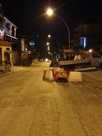 Un tratto della SP 23 a Castelnuovo Vomano chiusa al traffico. Perdite alla conduttura dell'acqua: la Ruzzo reti è già al lavoro.